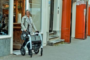 Dame, die in Amsterdam mit Rollator geht