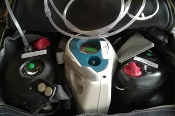 Drei Sauerstoffflaschen in der Rollatortasche des Rollz Flex