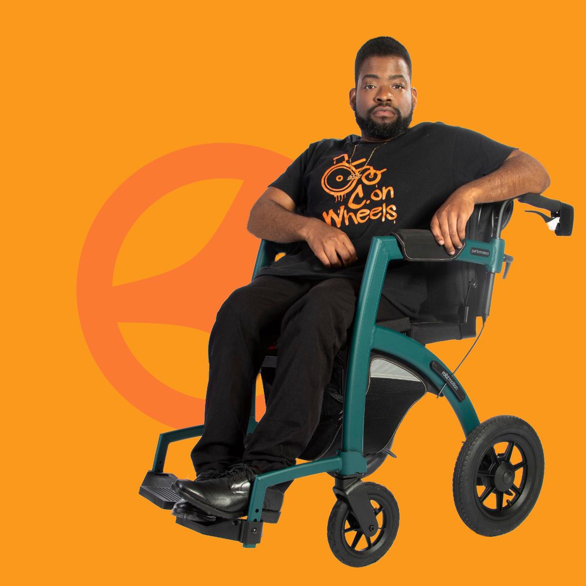 Junger Mann sitzt in einem bequemen Rollstuhl