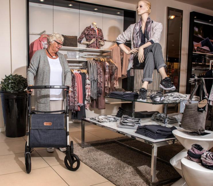 Frau benutzt einen stabilen Rollz Flex Rollator für einen Einkaufsbummel