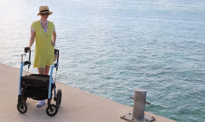 Frau mit Multipler Sklerose genießt einen Ausflug mit einem Rollz Motion 2 in 1 Rollator