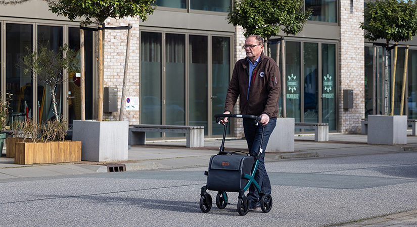 Man walking with the new Rollz Flex 2 rollator in the city