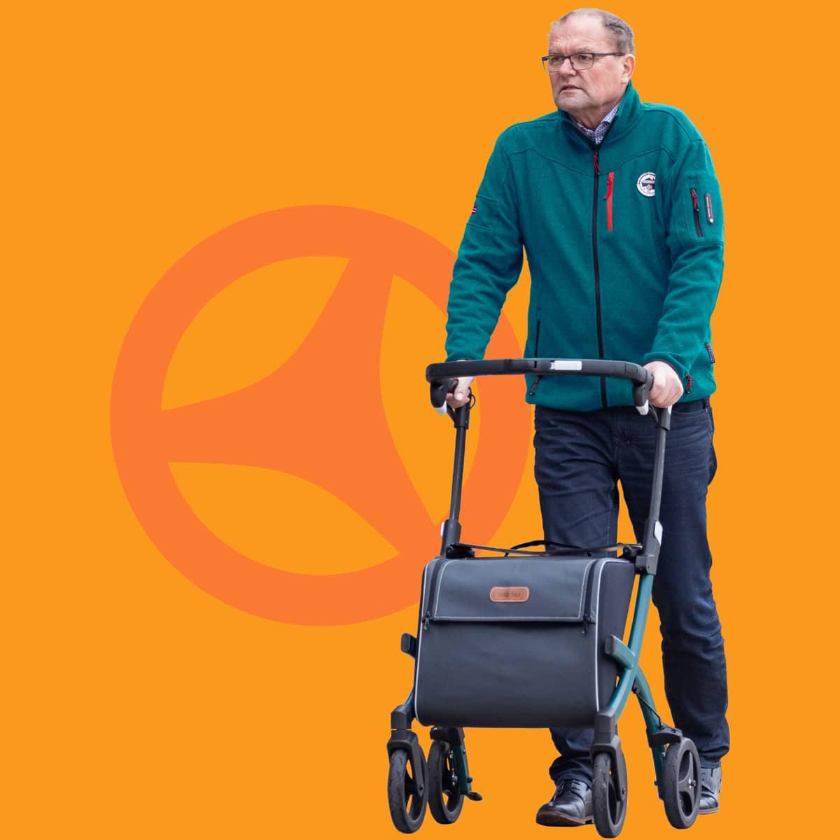 Mann geht mit einem Rollz Flex Rollator mit großer Einkaufstasche